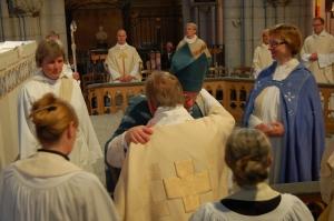 Mikael lyckönskas av Biskop Persenius efter prästvigningen
