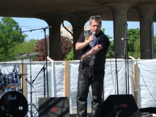 Mikael Bedrup talar på Jesusmanifestationen