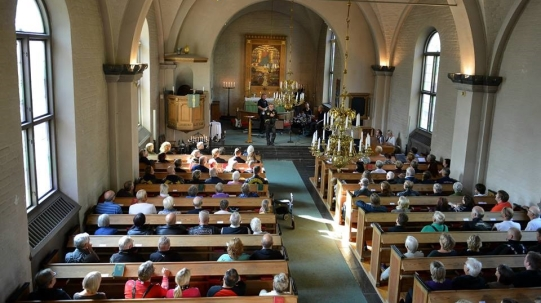 mb-predikar-fullsatt-kyrka-2-liten-bild-annu-mindre